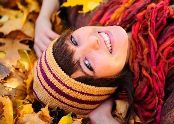 moteris-lapuose